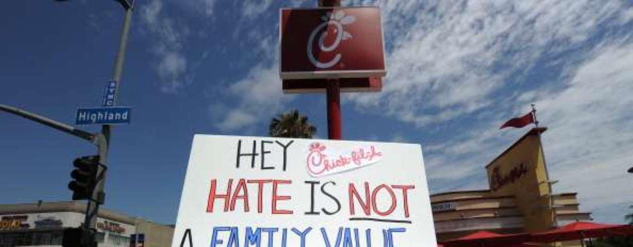 Gays y lesbianas protestaron el viernes besándose frente a locales de comida rápida Chick-fil-A a lo largo y ancho de Estados Unidos, debido a la oposición del restaurante al matrimonio entre homosexuales.