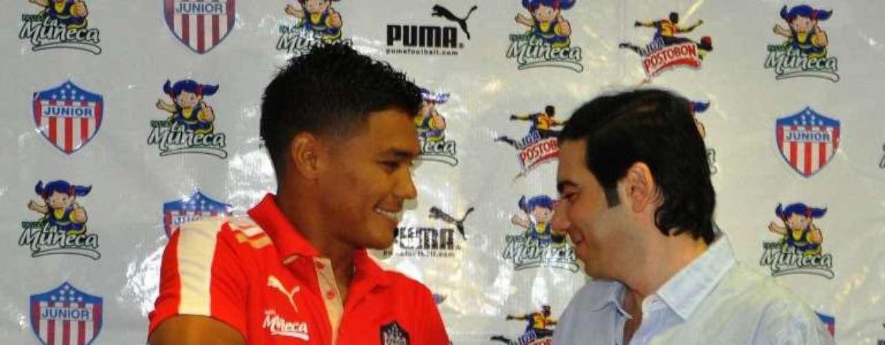 El momento en que el presidente de Junior, Antonio Char, le pone la camiseta No. 29 a Teófilo Gutiérrez.