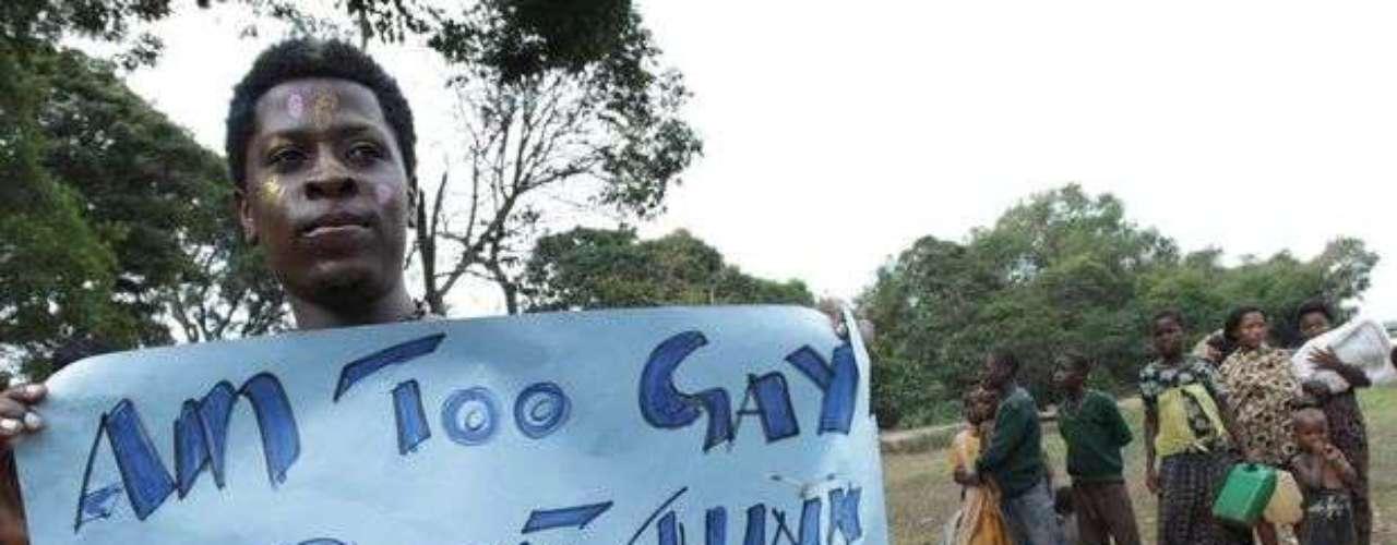 Un manifestante lleva un cartel que dice: \