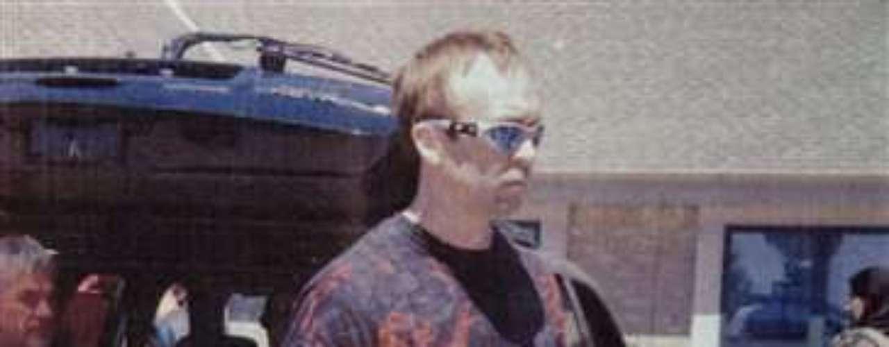Page es un veterano de guerra del ejército de Estados Unidos y también se supo que lideró una banda de rock metal que pregonaba la supremacía de la raza blanca. Si bien aún no está claro el motivo del tiroteo, se cree que pudo ser por motivos raciales.