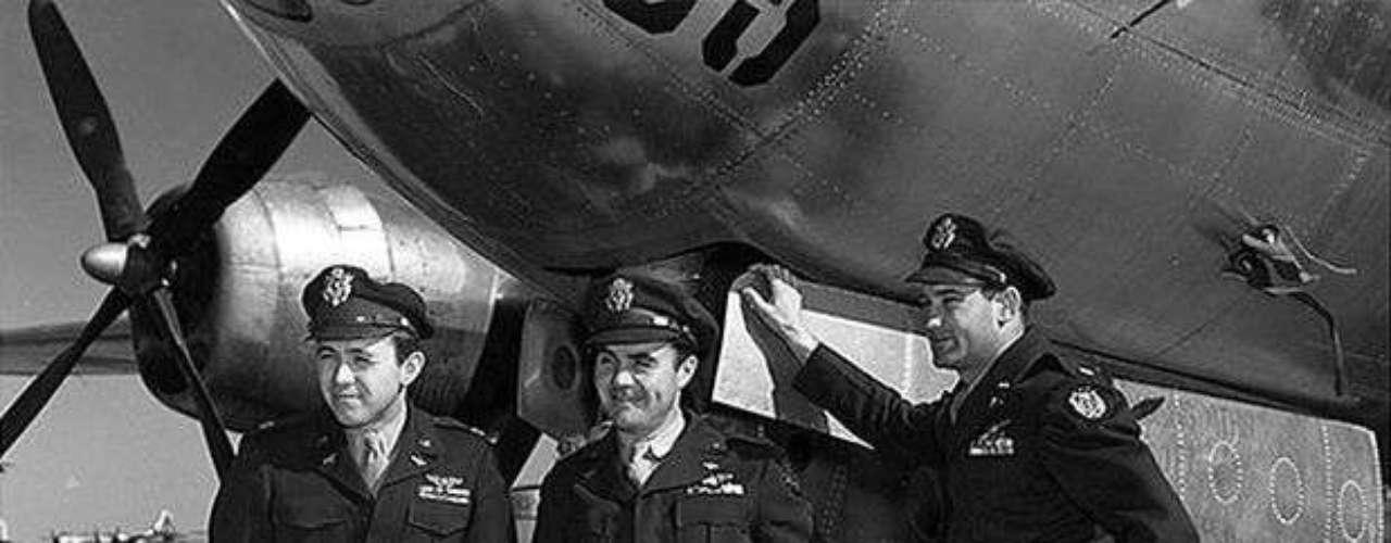 La foto muestra a la tripulación del bombardero B-29, el Enola Gay que lanzó la bomba sobre Hiroshima. De izquierda a derecha, el Mayor Theodore Van Kirk, el piloto Paul Tibbets y el comandante Thomas Ferebee después del atentado.