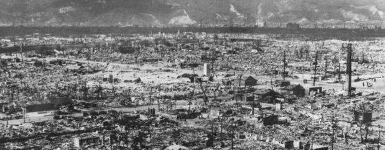 Hiroshima fue devastada por la bomba atómica, que simboliza el comienzo de la era nuclear.