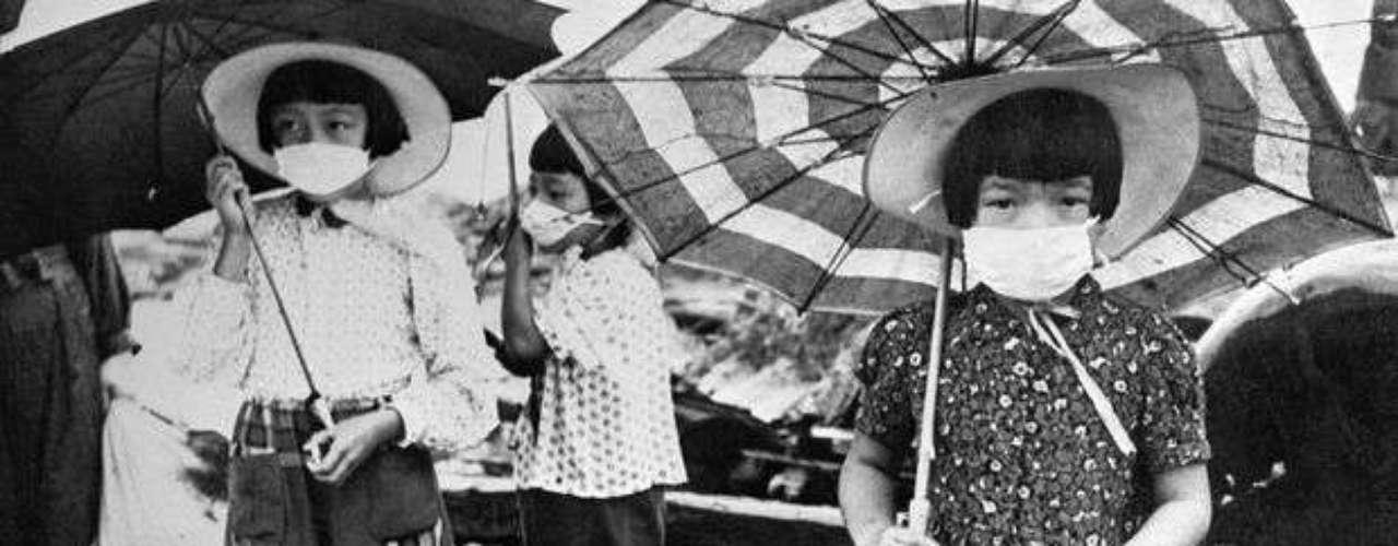 Un grupo de niños usan máscaras para protegerse de la radiación en el año 1948.