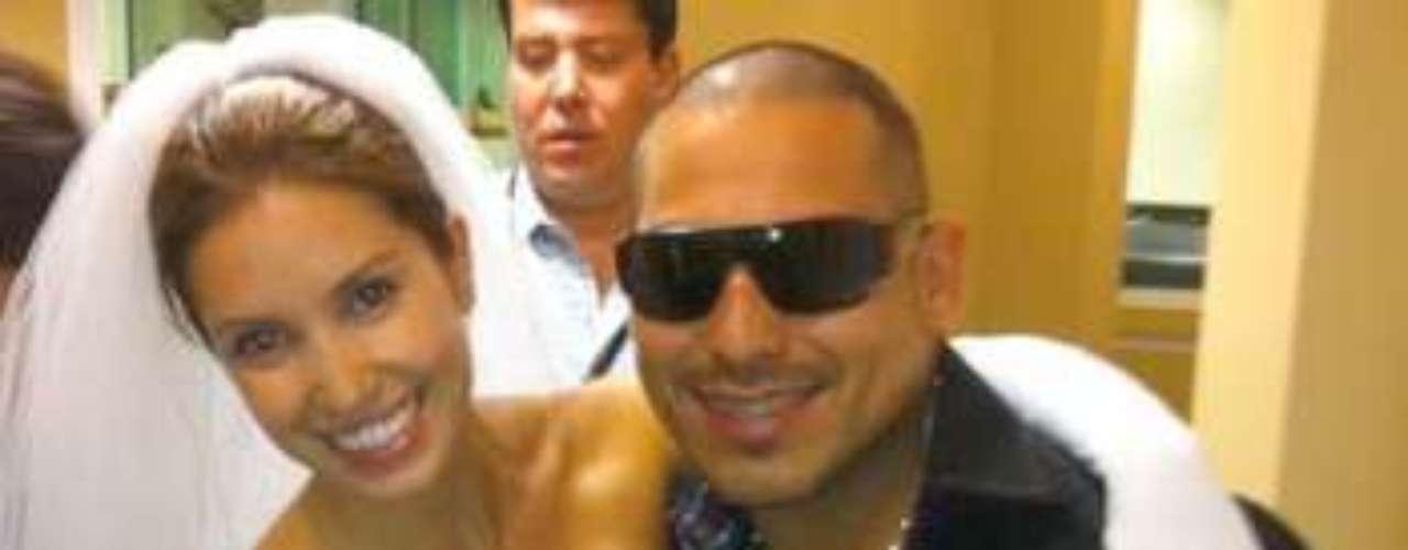 Espinoza Paz se casó, de manera ficticia, con la despampanante y sensual Andrea Escalona, en una parodia realizada en el popular programa radial \