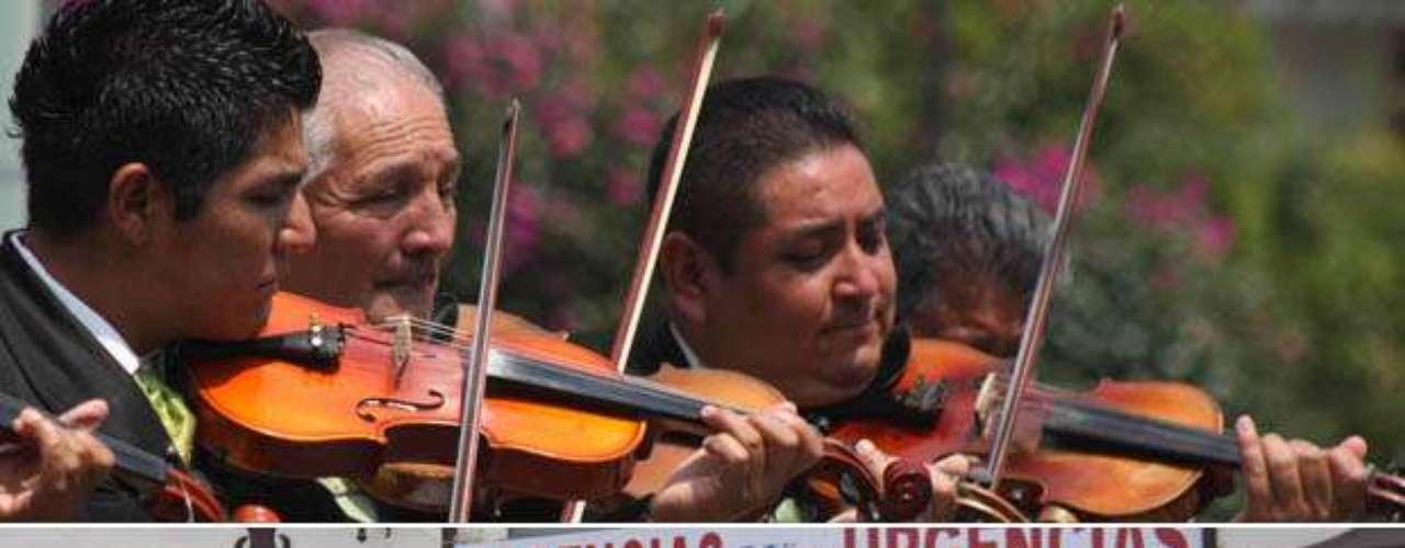 Unos mariachis, despidieron y acompañaron a Chavela Vargas en el momento de su salida de un hospital, en Cuernavaca, con dirección hacia la funeraria en Ciudad De México, donde prepararán su cuerpo. La cantante mexicana de origen costarricense, falleció a los 93 años, debido a un paro respiratorio. Artistas, políticos y seguidores de Vargas lamentaron la muerte de una artista que tocó el corazón de los mexicanos. Su música y espíritu vivirán por siempre.