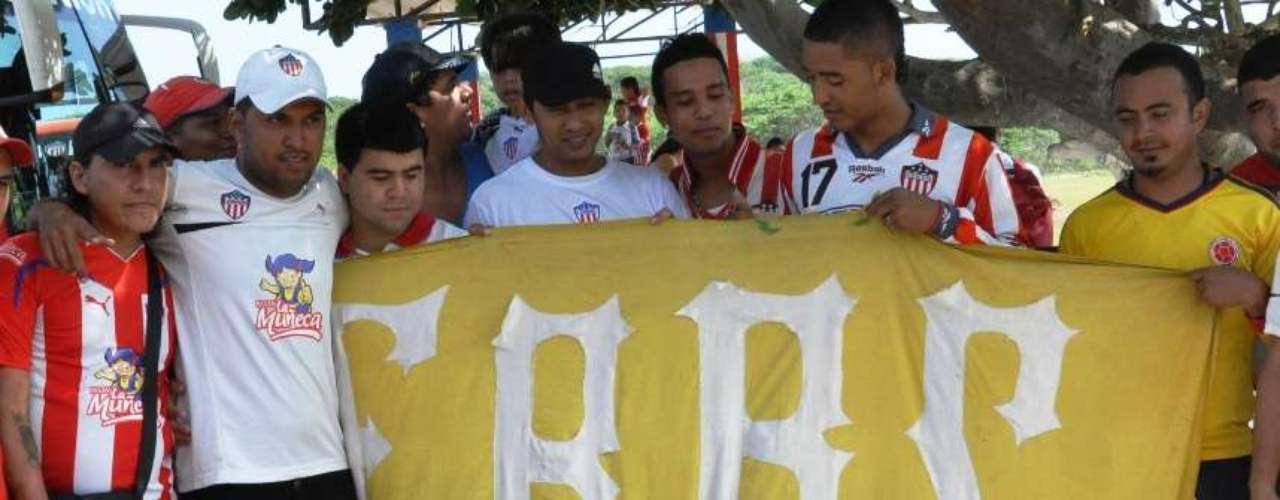 Un grupo de hinchas de la barra Frente Rojiblanco sur celebró junto a los jugadores el cumpleaños 88 del equipo.