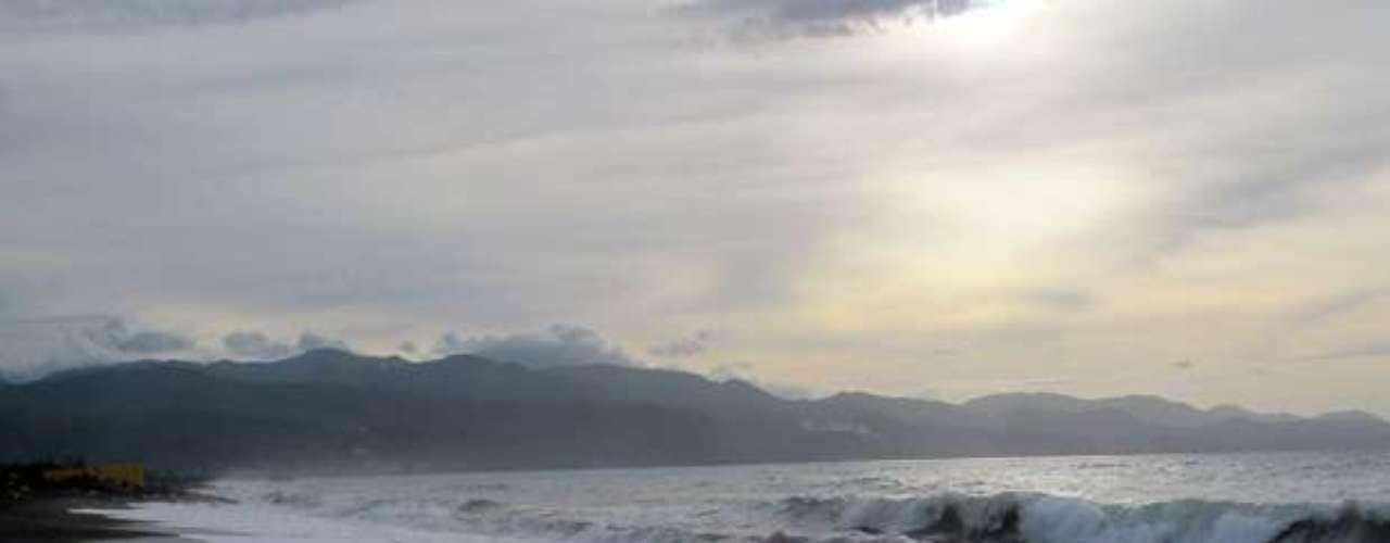 La tormenta tenía su vórtice unos 85 kilómetros (55 millas) al oeste-noroeste de Chetumal, México, y se estaba desplazando con rumbo oeste a casi 24 kph (15 mph).
