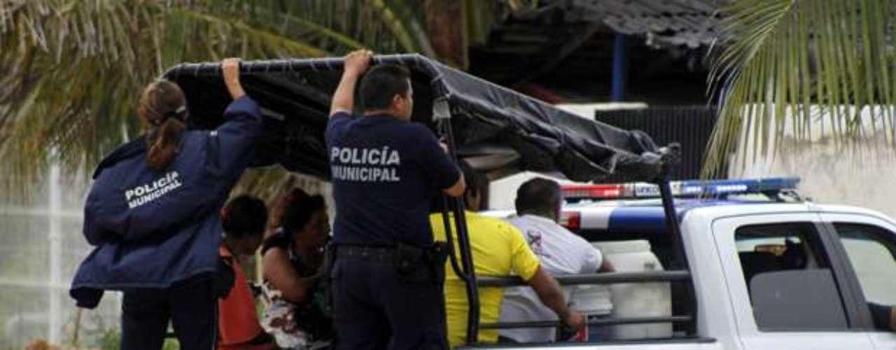 La llegada de la tormenta el martes obligó a centenares de pescadores a huir de aldeas costeras y hacia albergues y numerosos turistas fueron evacuados de balnearios.