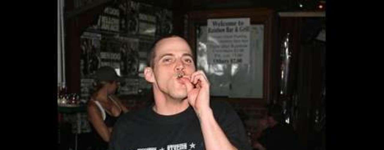 Steve-O El comediante y actor de la serie 'Jackass' también se ha considerado un constante consumidor de marihuana. Steve-O ha sido fotografiado en varias ocasiones comprando y consumiendo de varias maneras la sustancia.
