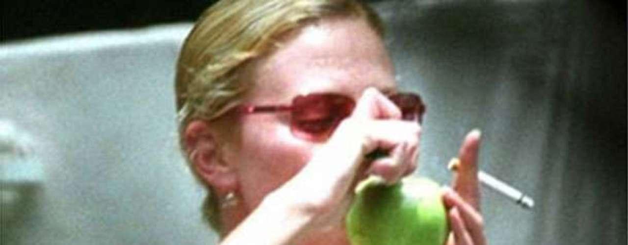 Charlize Theron. La actriz sudafricana fue fotografiada consumiendo esta hierba en una forma muy peculiar, ya que usó una manzana como pipa.