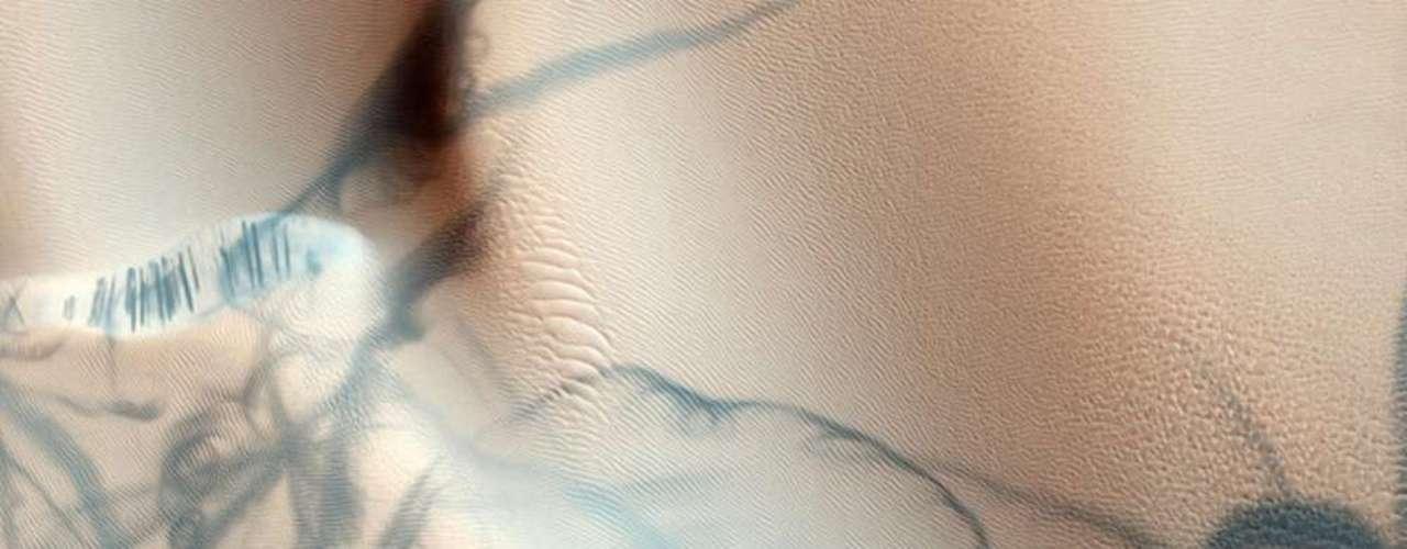 Dunas de arena clara y oscura en la superficie de Marte crean un diseño que se asemeja a un tatuaje, en una imagen captada en una misión anterior de la agencia espacial estadounidense, Nasa. El 6 de agosto marcó el inicio de una nueva era en la exploración del planeta rojo con el descenso exitoso de Curiosity, el jeep-robot que explorará Marte durante diez años. El principal objetivo de la misión es descubrir vestigios de vida.