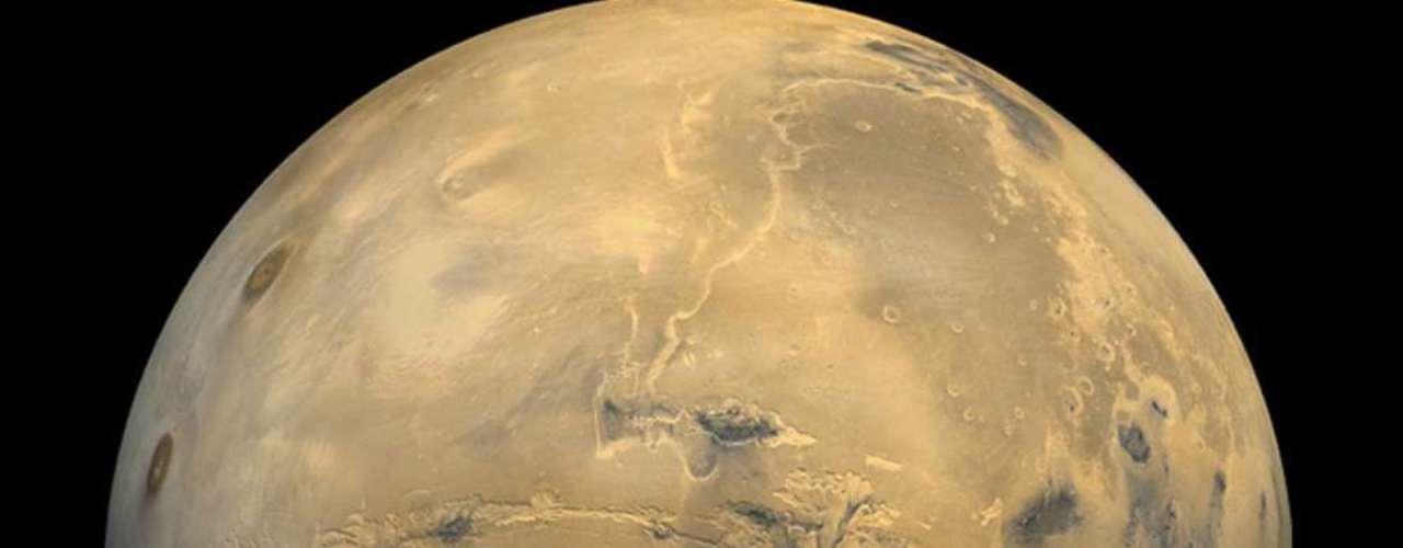 En el centro de la foto es posible ver el mayor abismo conocido del Sistema Solar. El nombre de Marte hace referencia al dios romano de la guerra. Y es la abundacia de óxido de hierro lo que le da un color característico al planeta rojo.