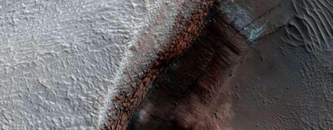 Nubes de polvo causadas por una avalancha. El hielo de dióxido de carbono cayó de un precipicio de dos mil metros de altura. Probablemente fue derretido por la incidencia de rayos solares al final del invierno y al comienzo de la primavera marciana.