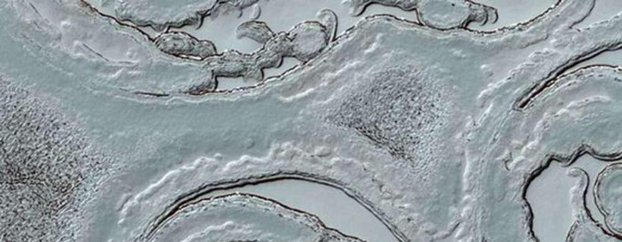 En el polo sur del planeta rojo el paisaje es blanco. Debido a las bajas temperaturas, las extremidades del planeta están cubiertas de hielo.