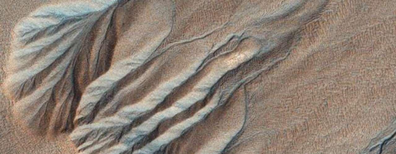 El paisaje en esta imagen aérea se asemeja a venas y arterias. Los científicos creen que fue causado en el pasado por agua líquida, cuando el planeta era más caliente y húmedo.
