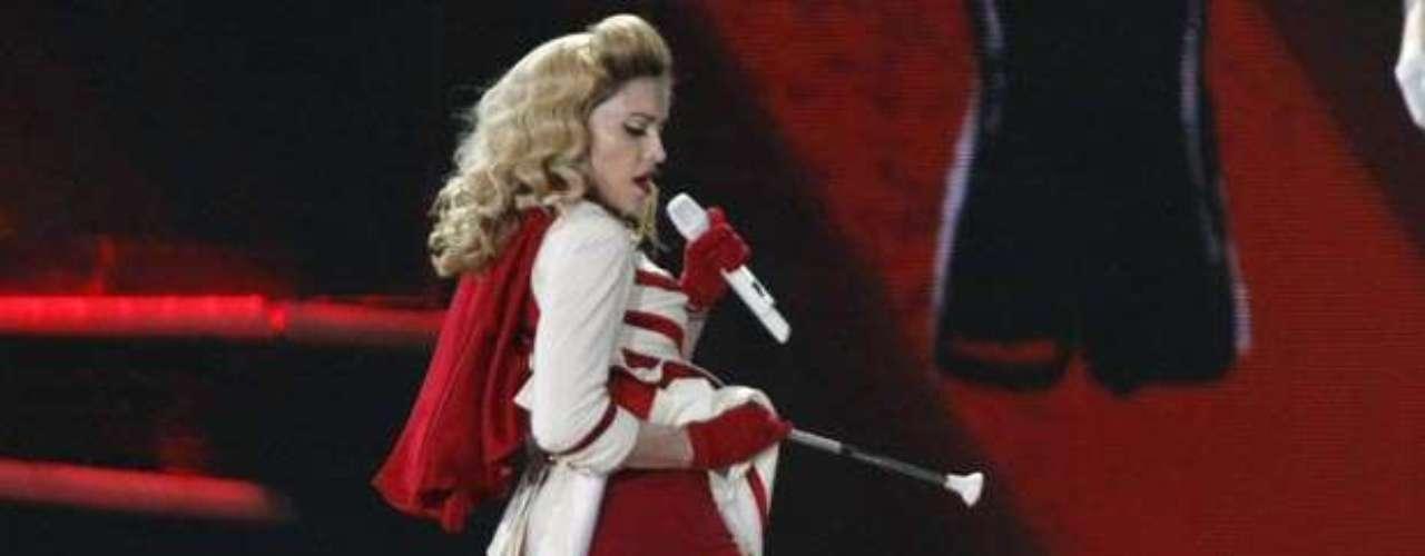 Madonna mostró a todos su ropa íntima de color rojo intenso, en pleno show en Kiev, Ucrania.