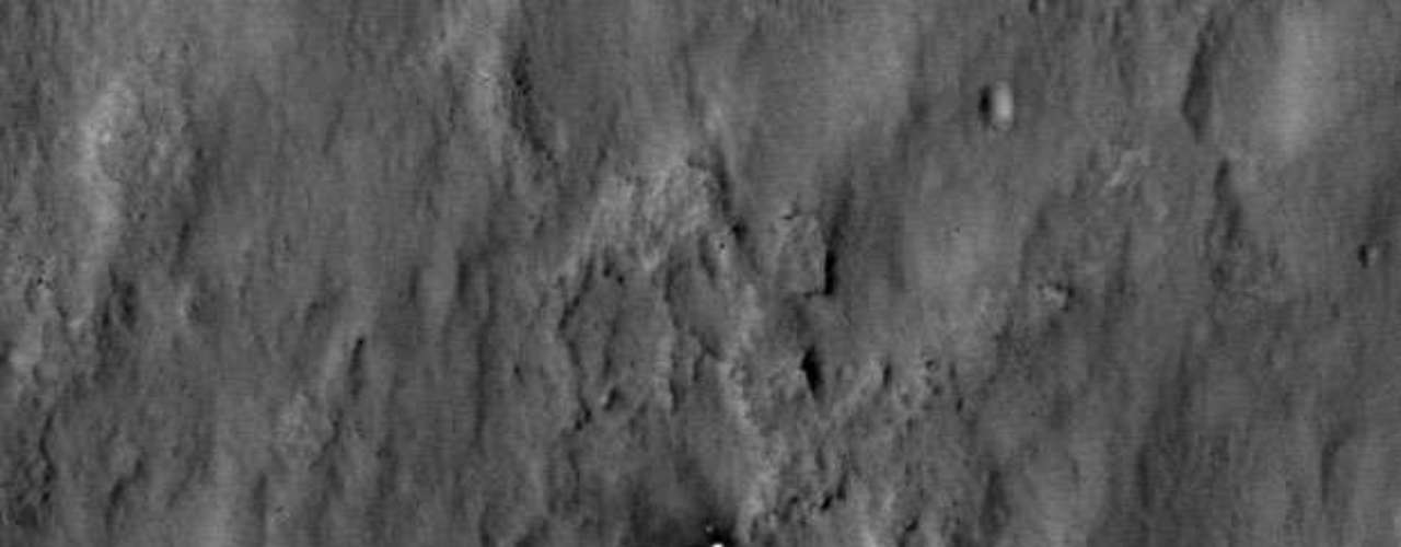 Curiosity se encuentra a 12 kilómetros de las pendientes de la montaña Sharp, de 5.000 metros de altura, que se sitúa dentro del inmenso cráter de Gale.
