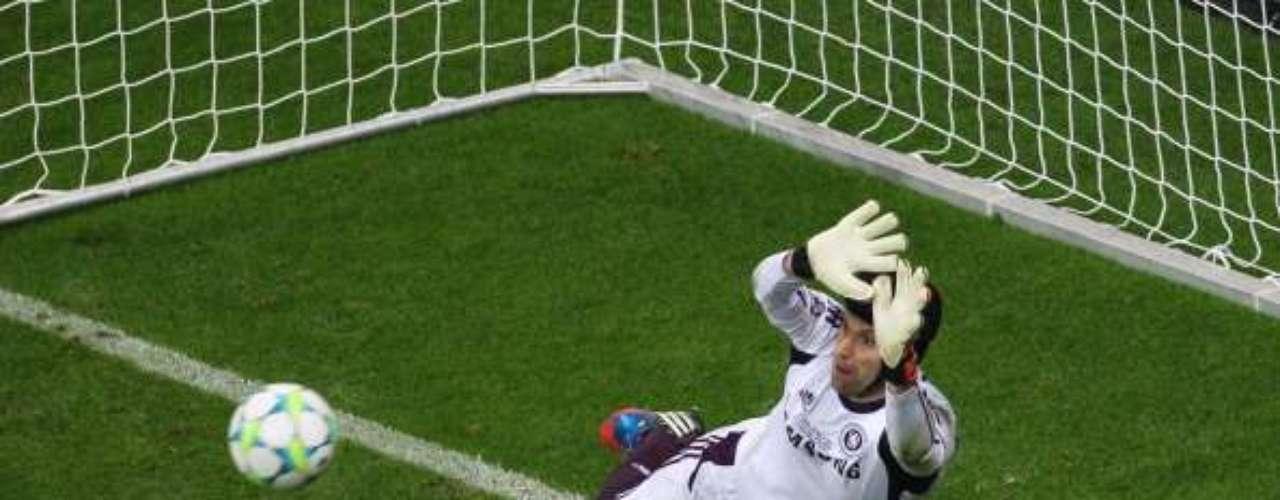 Aunque ya no parece tan impasabale como hace unos años, Petr Cech se mantiene entre los mejores del orbe.