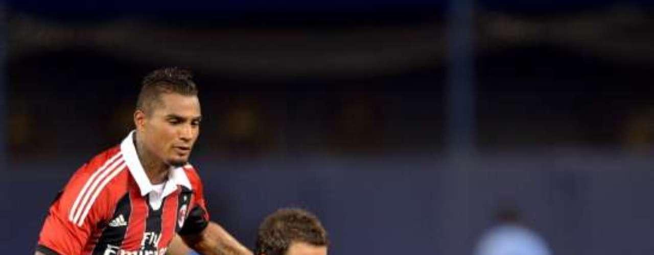 El 'Pipita' Higuaín se queja por una falta de Boateng.