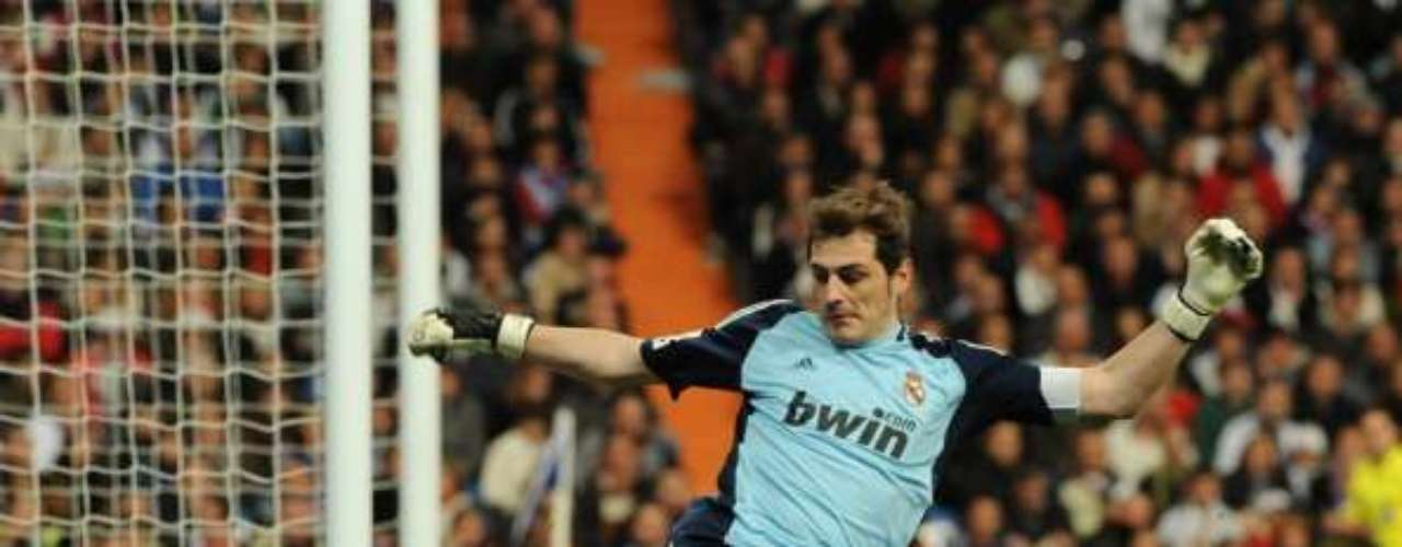 Iker Casillas no se cansa de atajar todo lo que va en dirección a su portería; es el puntal del Real Madrid.