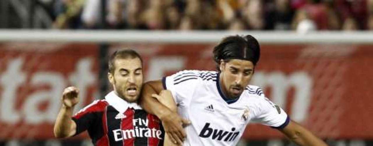 Sami Khedira le roba la pelota a Mathieu Flamini.