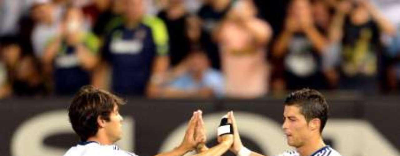 Kaká, aún con un futuro incierto, registró dos asistencias ante su ex equipo, mismo al que podría regresar. Aquí festeja con CR7.