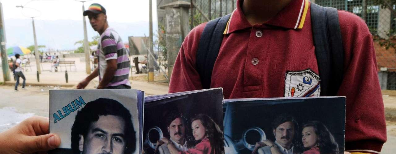 El álbum, de impresión modesta, reproduce imágenes de los actores de la serie con fotografías de Escobar. En la portada sale la foto del capo cuando comenzaba a meterse a la política mientras que en el interior se ven los hipopótamos que se fugaron de la hacienda Nápoles después de que el capo muriera. Así mismo el cuadernillo mezcla imágenes de la serie de televisión en la que se ve al actor que encarna a Escobar vestido de Pancho Villa y abrazando a su amante Angie Cepeda, la actriz que interpreta a la diva Virginia Vallejo.