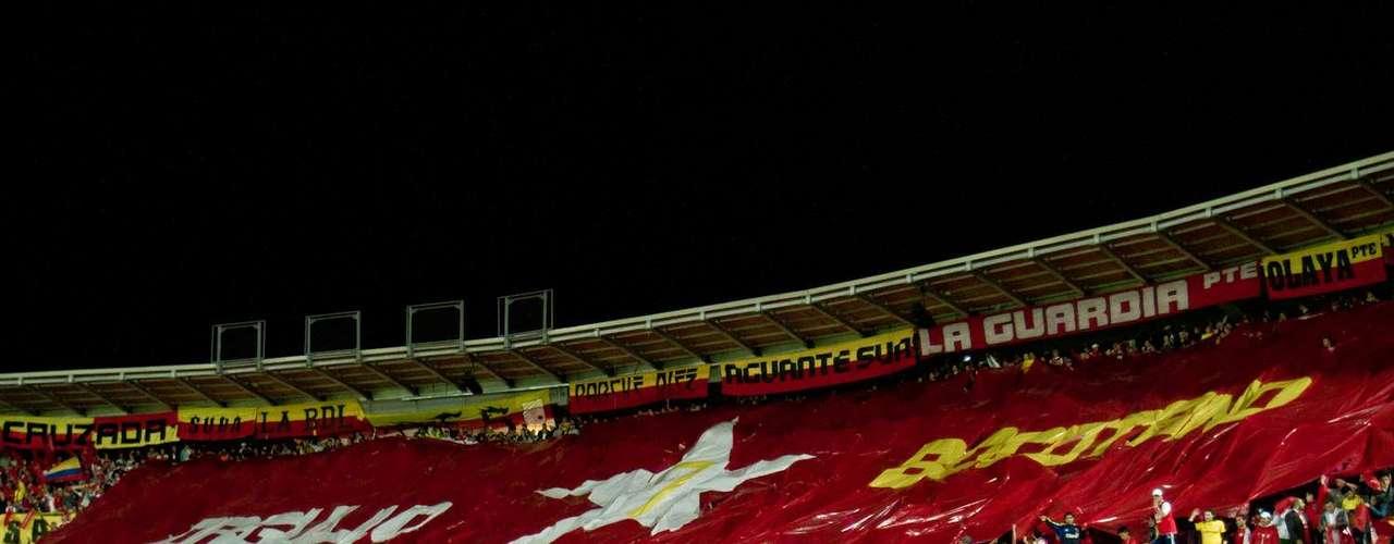 En el tiempo de descanso la hinchada le hizo un homenaje a Santa Fe por el título y el cumpleaños de Bogotá.