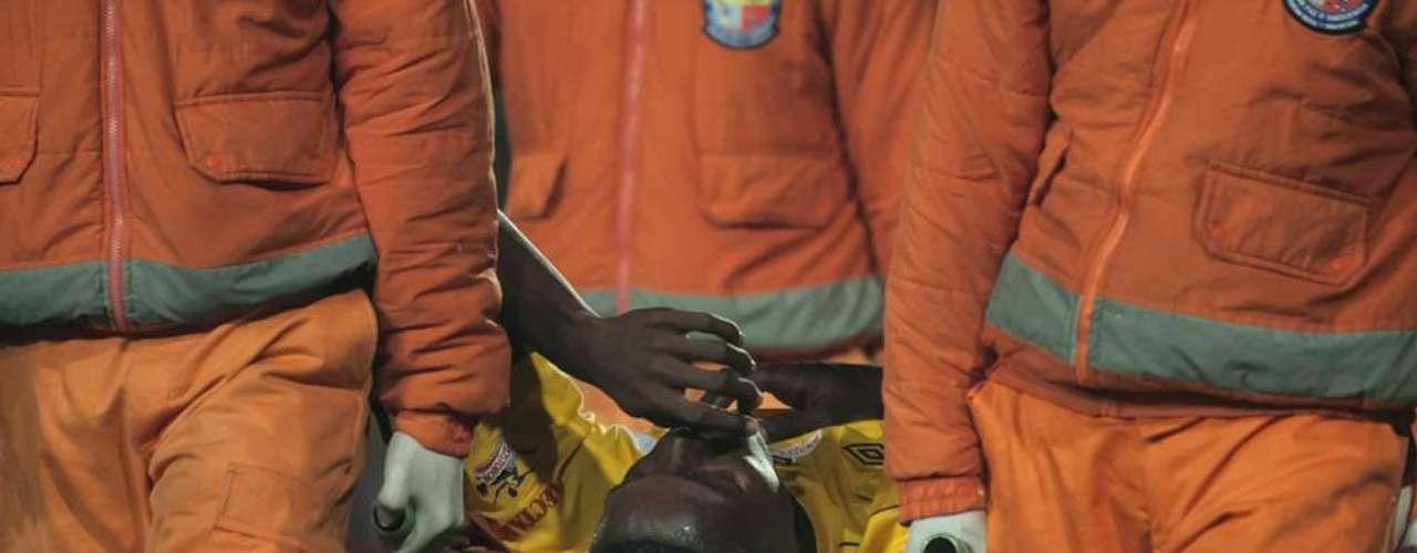 El defensa Julián Quiñones tuvo que salir en la mitad del primer tiempo luego de sufrir una lesión.