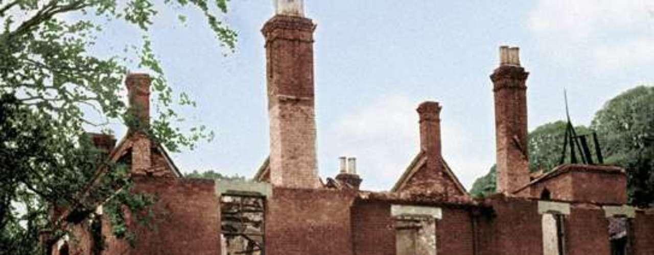 Rectoría Borley Rectory, Essex. Las historias de fantasmas sobre la Rectoría Borley proceden en su mayoría de la obra del famoso cazafantasmas del siglo XVIII Harry Price, que estuvo trabajando en un caso en la rectoría después de que un periódico publicara un artículo sobre el fantasma de una monja en 1929. Como resultado de la investigación, la rectoría se convirtió en el lugar con más fantasmas de Inglaterra.