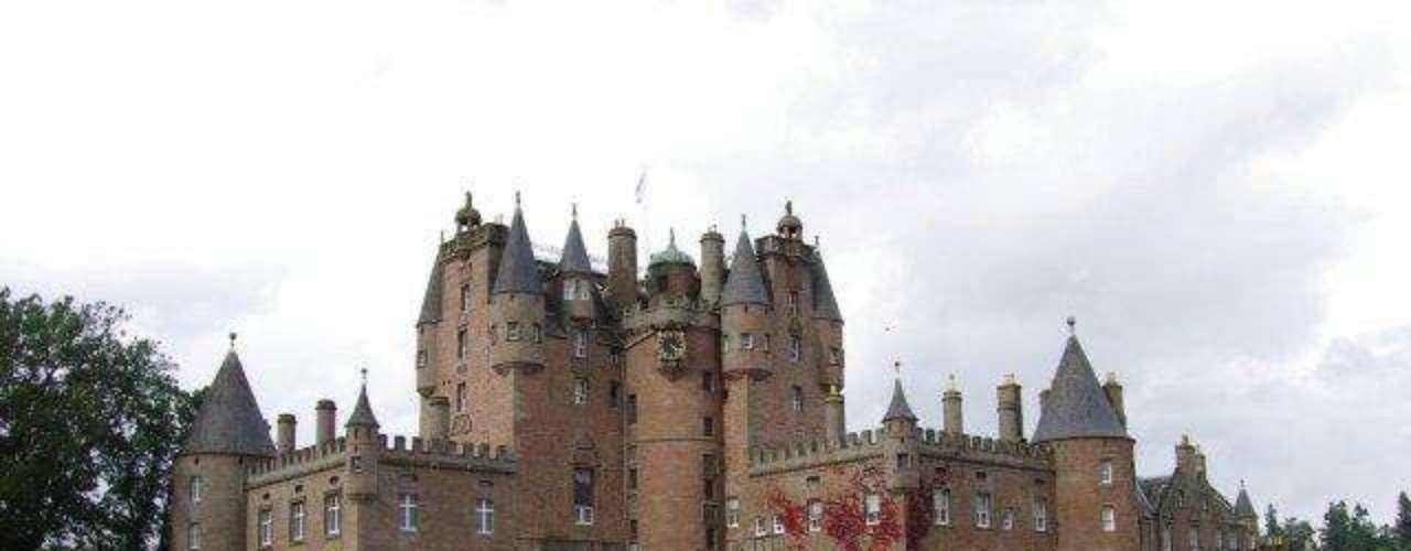 Castillo de Glami, Angus, Escocia. Las agujas torretas, torres y estatuas de este castillo lo cautivarán al instante. El castillo Glamis es uno de los más impresionantes de Escocia, no sólo por su arquitectura y más de 600 años de relación con la familia real, sino porque se dice que está embrujado. Entre los muchos espíritus que habitan el lugar está el Monstruo de Glamis, un espantoso niño deforme que pasó toda su vida encerrado en una habitación del castillo.