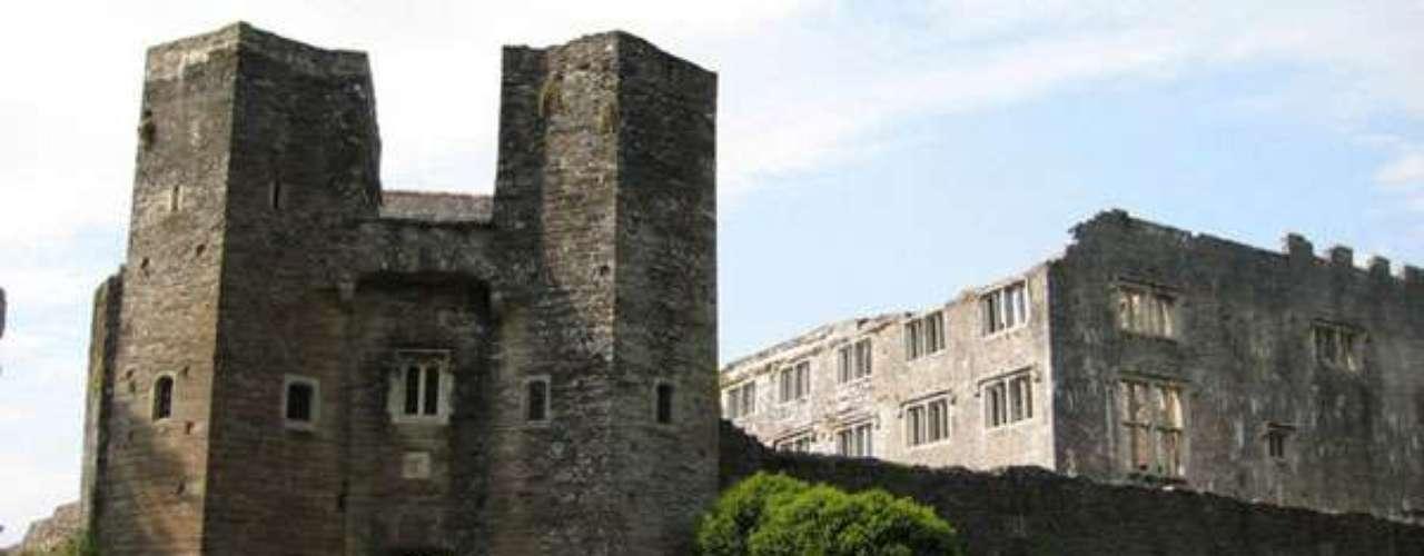 Castillo de Berry Pomeroy, cerca de Totness, Devon. En este castillo del siglo XIV habitan dos fantasmas femeninos: la Dama de Blanco y la Dama de Azul. La Dama de Blanco es el espíritu de Margaret Pomeroy, quien murió de hambre prisionera en las mazmorras del castillo. Su espíritu se eleva desde la torre de St Margaret para luego vagar por los pasillos y ascender por las murallas del castillo. La Dama de Azul no tiene una zona concreta y cuando se aparece intenta atraer a los visitantes a un lugar concreto del castillo. Seguirla no es buena idea.