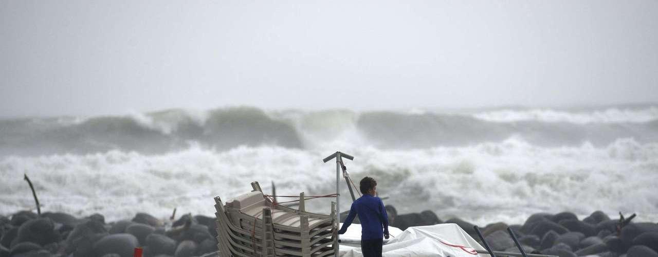 Pemex anunció que había evacuado a 61 trabajadores de una plataforma de perforación y había tomado otras precauciones de seguridad, pero dijo que la producción no se había visto afectada.Ernesto es la tormenta más poderosa que se ha formado en el Océano Atlántico desde que comenzó la temporada de huracanes el 1 de junio, dijo David Zelinsky, un meteorólogo del centro de huracanes con sede en Miami.\