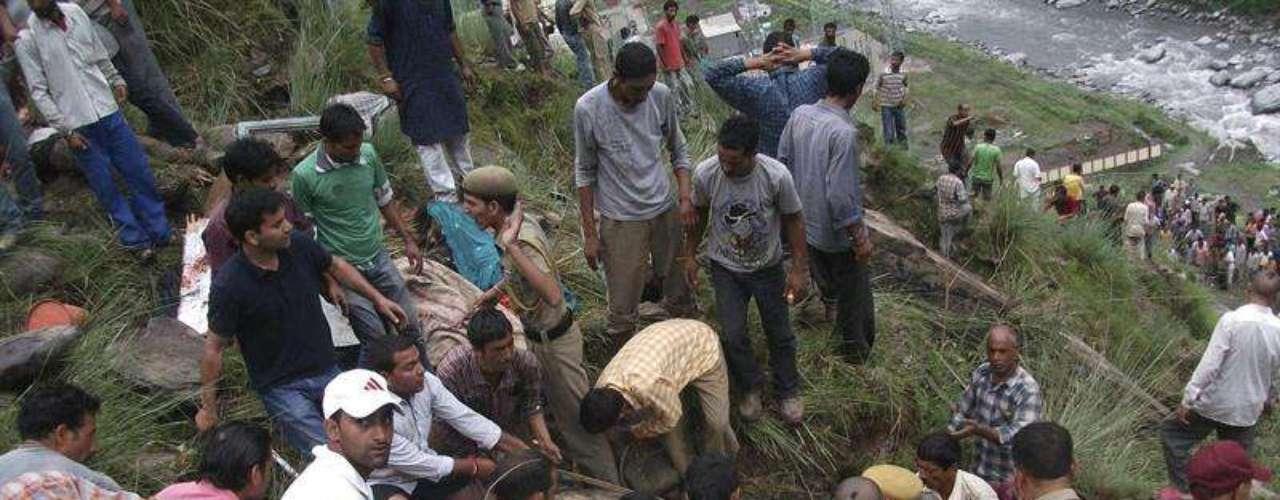 Miembros de los equipos de rescate observan el lugar donde se produjo el accidente en Chamba, Himachal Pradesh, en India.