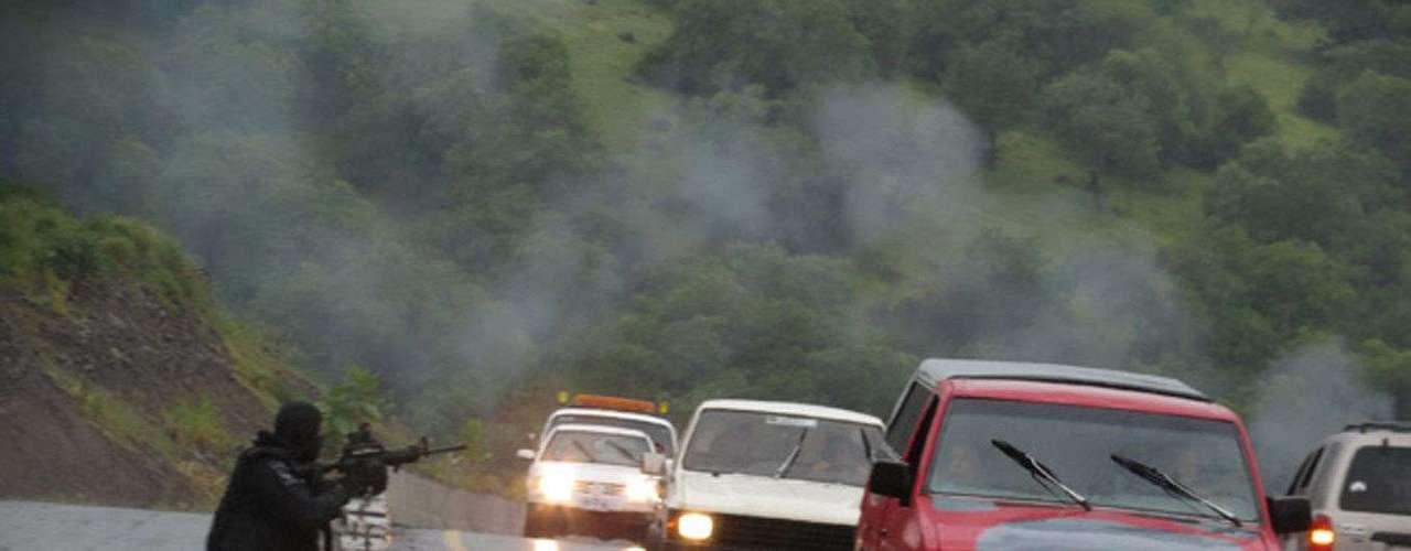 El viernes, mientras la Policía puso en marcha un operativo contra el narco en Tierra Caliente; criminales respondieron con granadas a las autoridades y bloquearon la zona. Además, atacaron un hospital donde fueron trasladados varios policías heridos.