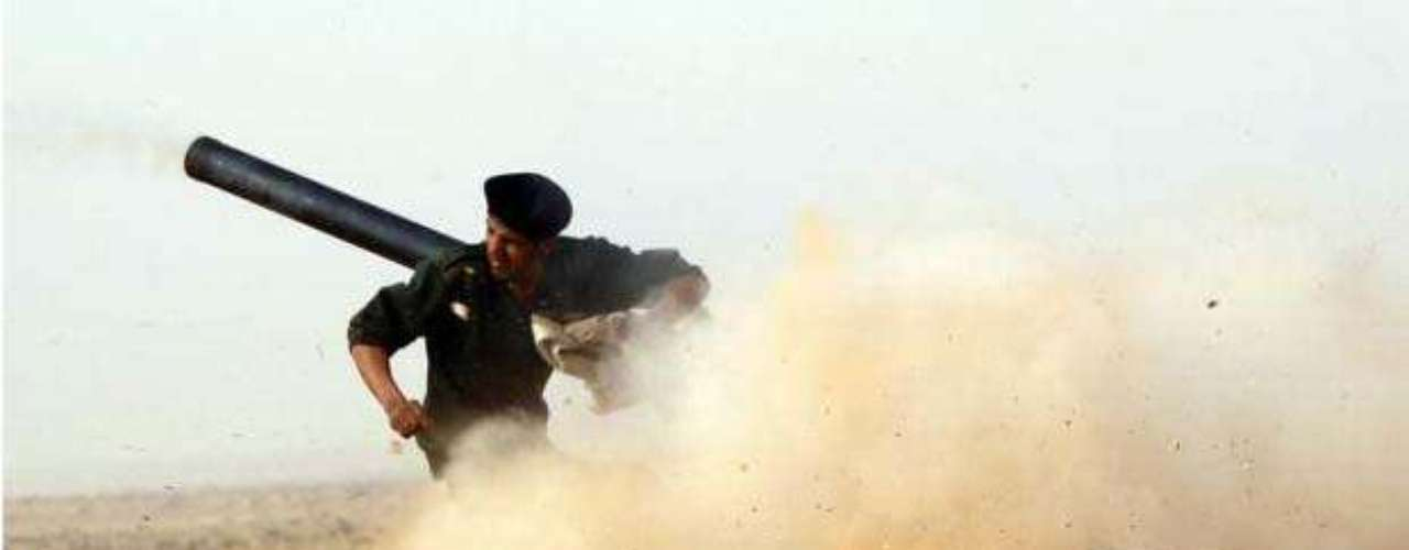 No recuerdo la fecha, pero me acuerdo del aterrizaje a las 3.30 de la mañana. Conduje mi coche hasta la frontera entre Libia y Egipto, lo dejé allí y crucé la frontera a pie. Tuve que llevar todo, como un burro. Tenía que parar cada 50 metros. Fue terrible. Goran Tomasevic aterriza en la revolución libia. En la foto, Un combatiente rebelde dispara un cañón durante una batalla cerca de Ras Lanuf, el 4 de marzo de 2011.