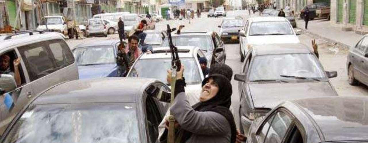 19 de marzo de 2011. Al Yazira informa: las fuerzas fieles a Gadafi bombardearon intensamente varios puntos de la ciudad de Bengasi, el principal bastión de los rebeldes. La Coalición aliada ataca. \