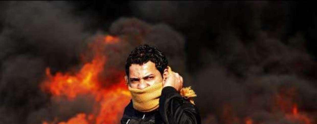 Tomasevic estaba cubriendo el referéndum de Sudán del Sur cuando tuvo noticia de las protestas que empezaban a tomar fuerza en Egipto. Sintió, como relata él mismo, que algo grande  iba a pasar y volvió al Cairo para estar allí, con su cámara. En la foto un manifestante se pone delante de una barricada ardiendo durante una manifestación en El Cairo, 28 de enero 2011.