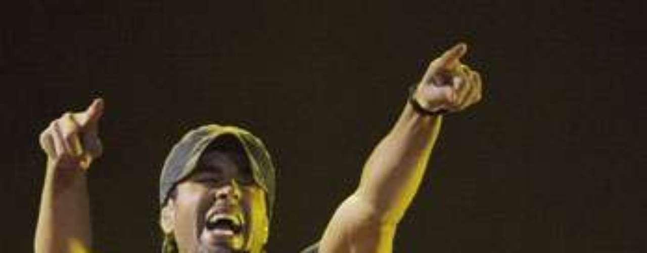 El hijo de Julio Iglesias interpretó durante su performance temas como: \