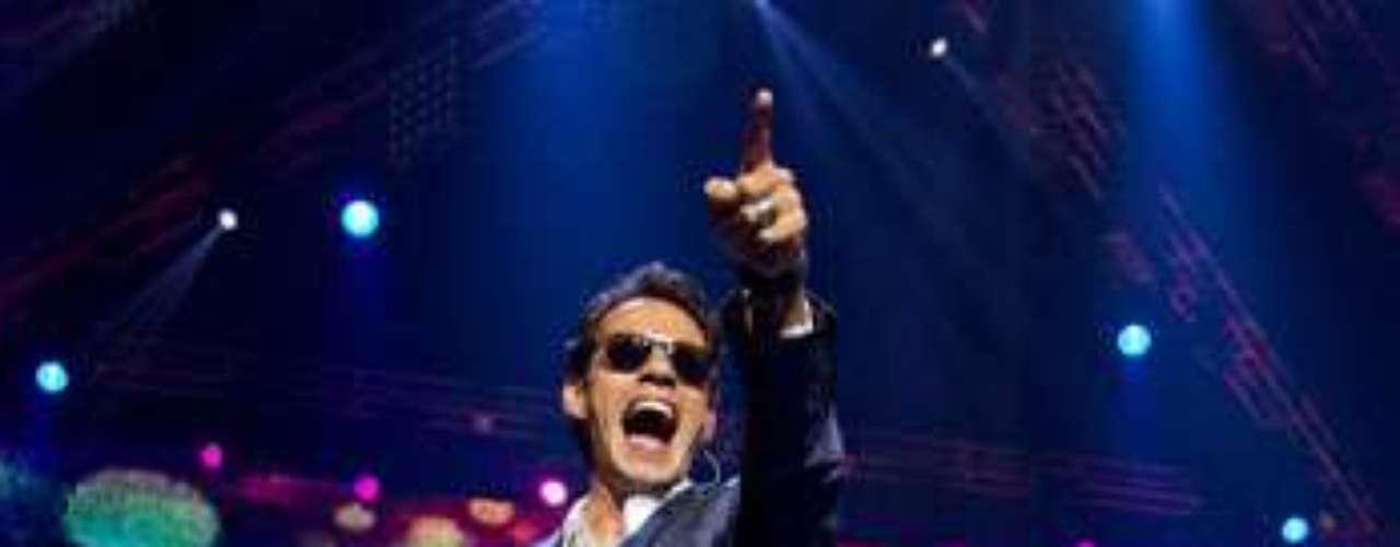 Luciendo un elegante traje y gafas oscuras, el salsero neoyoquino, bailó de un lado al otro del escenario y mantuvo a los presentes de pie durante gran parte de su actuación.