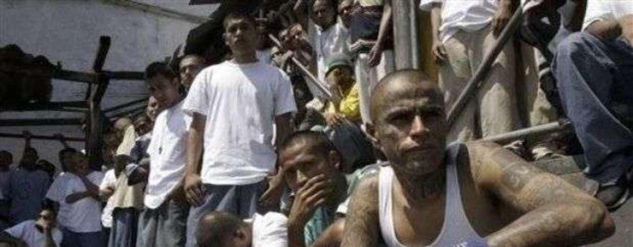 Las pandillas mutaron en Centroamérica a las maras. Pertenecer a una mara sirve como protección, como estilo de vida, una religión.