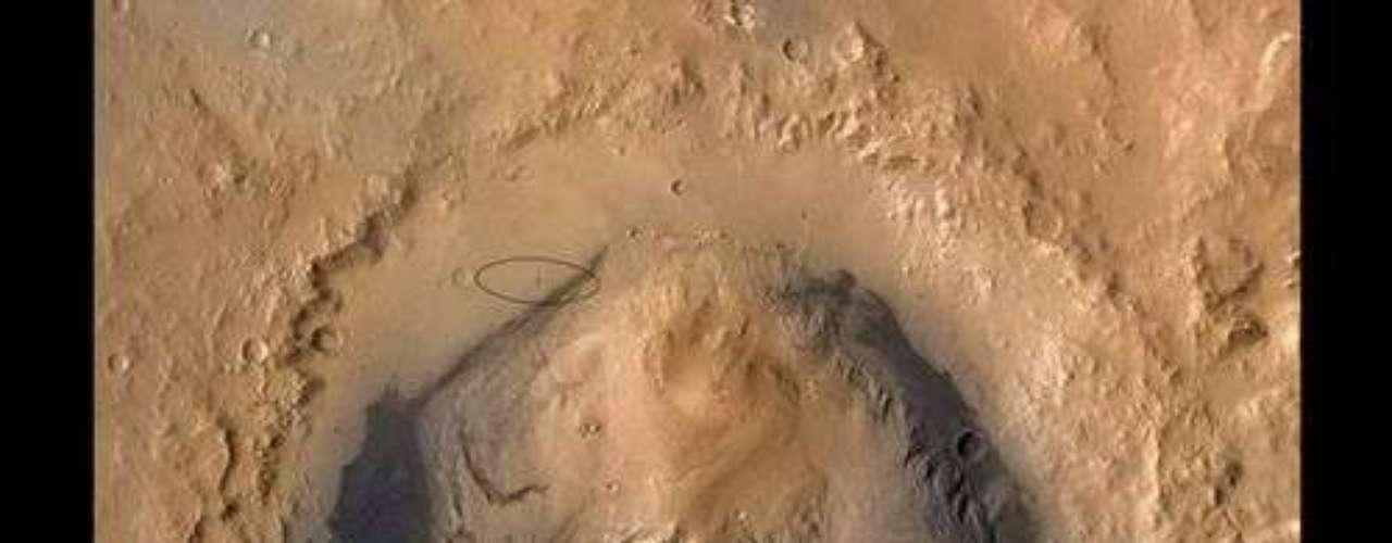En la parte superior de la imagen una elipse marca el sitio elegido para el descenso de Curiosity en las proximidades del cráter Gale.