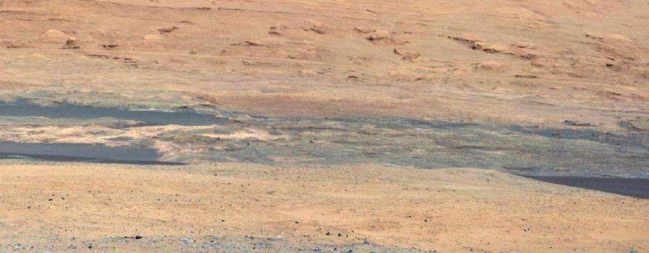 En esta imagen de Curiosity se muestra el sur del sitio de aterrizaje del rover en Marte hacia el Monte de Sharp. Esto es parte de un mosaico a color de alta resolución a partir de imágenes obtenidas por la cámara del mástil.