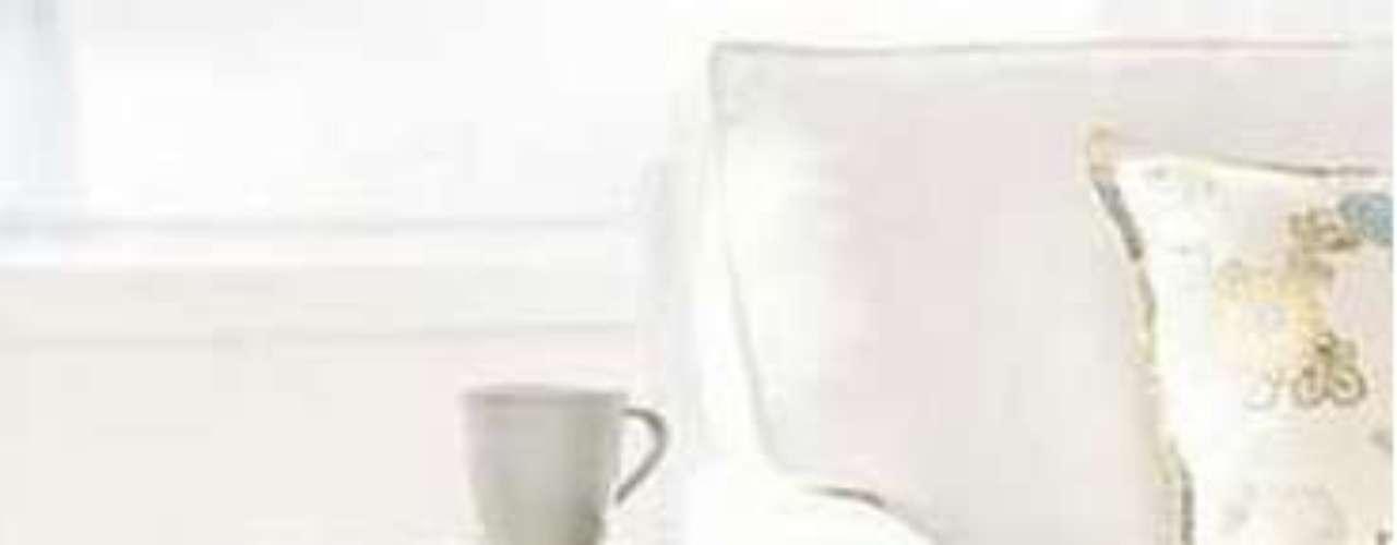 Creá un rincón de lectura apilando algunos libros (del más grande al más pequeño) junto a tu sillón preferido. Los libros así dispuestos dan un aire distendido e interesante al salón, además de servir como mesita improvisada.