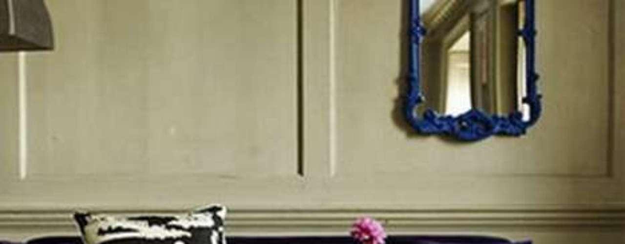 Usá estampados fuertes en algunos almohadones para acentuar el carácter del sofá. El animal print, las flores de colores o los diseños geométricos en colores vivos son opciones que nunca fallan.
