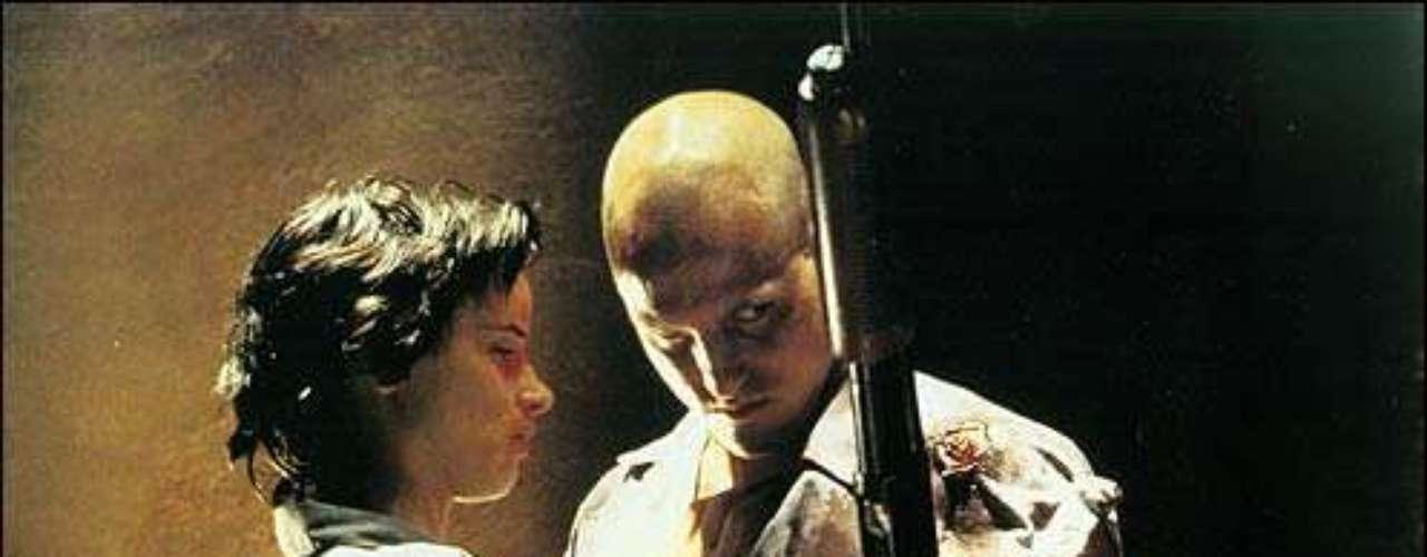 'Natural Born Killers' (Asesinos por naturaleza). Del aclamado director de cine Oliver Stone basada en un guión de Quentin Tarantino, la cinta tiene escenas de violencia fuertes que contribuyeron a su censura. Cuenta la vida de Charles Starkweather y Fugate Caril, dos amantes que se involucran en una serie de asesinatos viciosos. La película fue totalmente prohibida en Irlanda y se negó la distribución en los EE.UU. Tras eliminar cuatro minutos, se permitió su venta. Los hechos de la masacre de Columbine High School, parecen haber sido inspirados en la cinta.