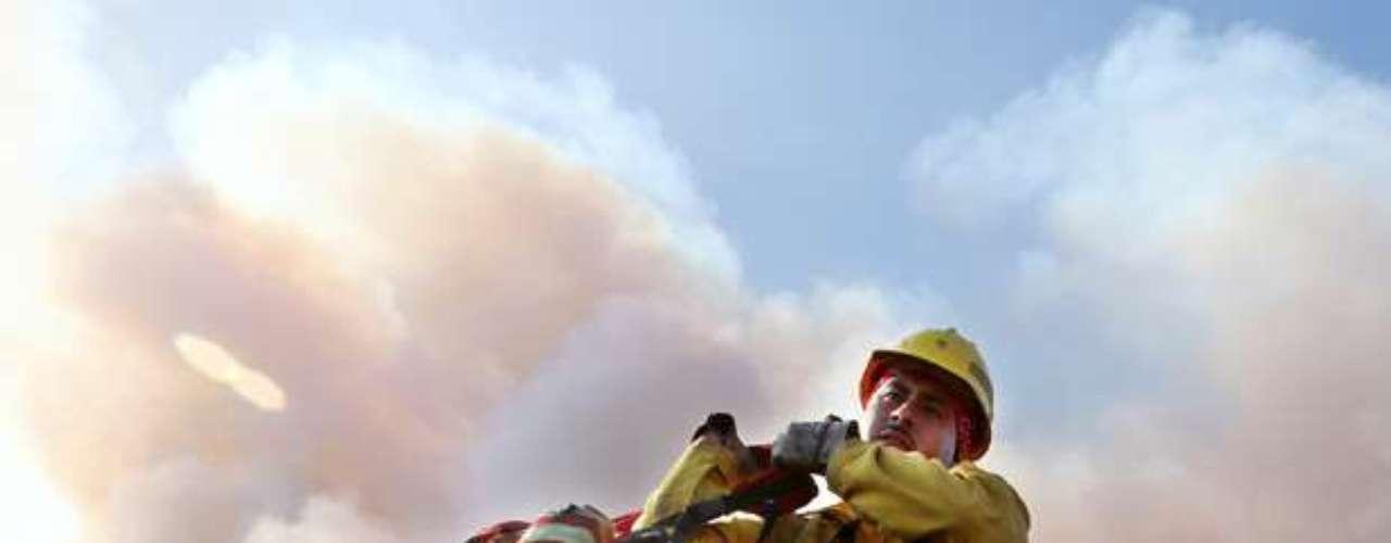 El miércoles, cientos de residentes de dos pequeños poblados de Idaho empacaron sus pertenencias para alejarse de un extenso incendio forestal que quemaba un barranco a unos kilómetros (millas) de distancia y que podría llegar a zonas pobladas esta semana.
