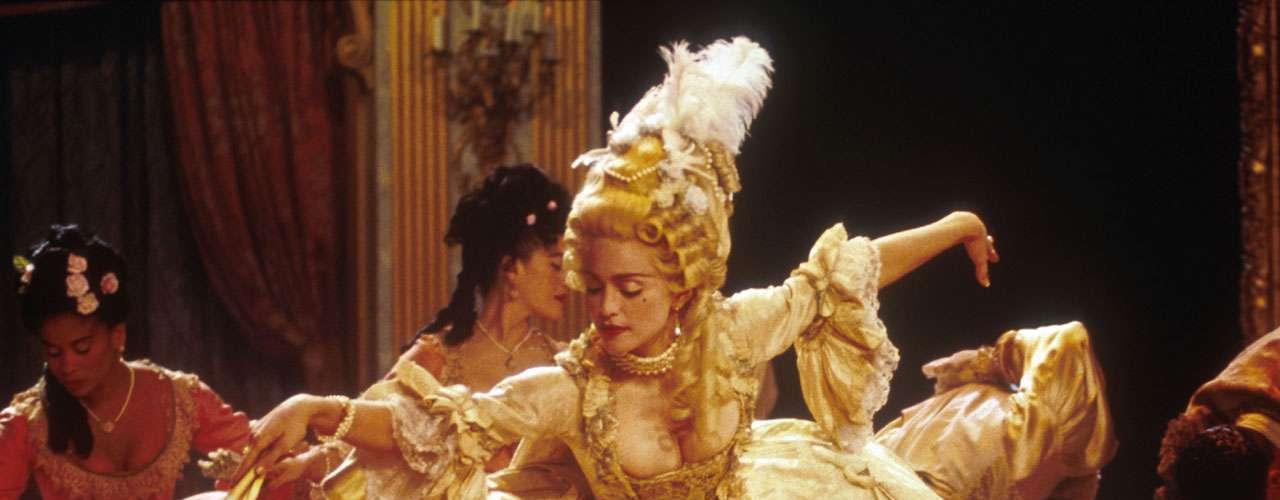Madonna se mudó a Nueva York con una beca para aprender danza, y poco después entró en el coro de Patrick Hernández en París, pero fue su relación sentimental con Dan Gilroy lo que le hizo empezar a tocar la batería en el grupo 'The Breakfast Club'.