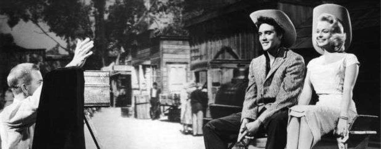 En la década de 1960, Elvis se dedicó a actuar en películas de Hollywood y a grabar bandas sonoras, pero no siempre gustaba a la crítica, que frecuentemente lo ridiculizaba.