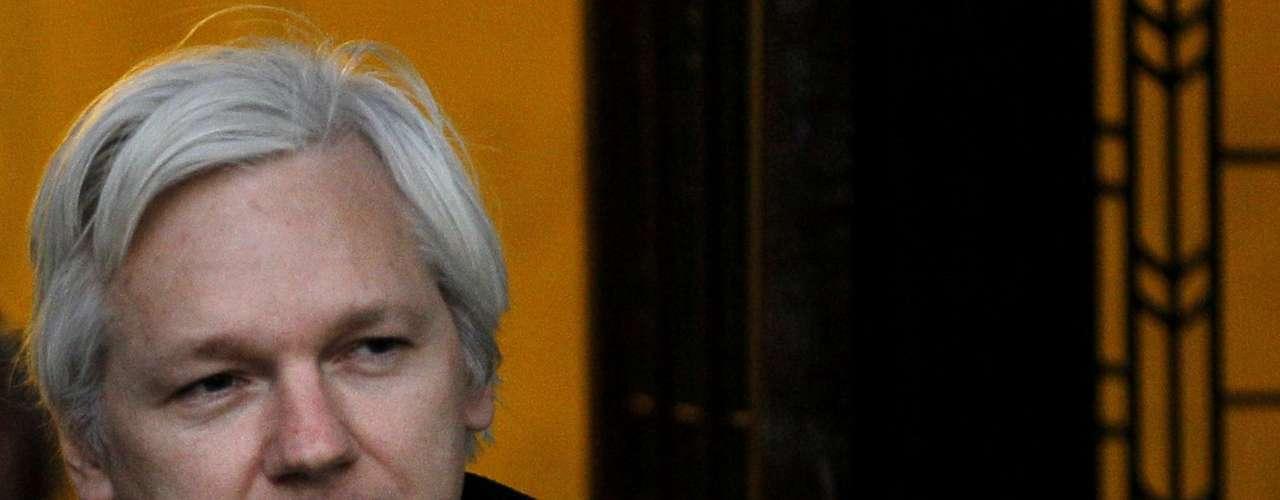 Assange de 41 años de edad niega haber cometido los delitos sexuales.